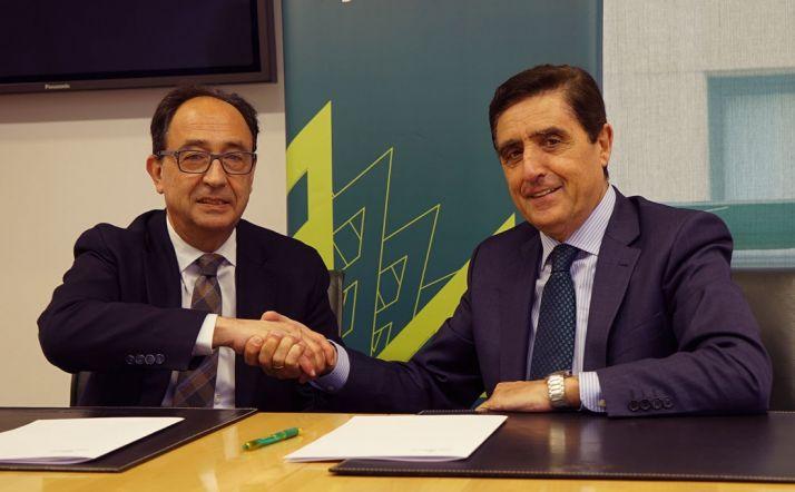 López (izda.) y Martínez tras la rúbrica del acuerdo. /CRS