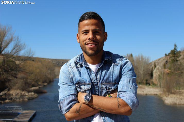 Gus Ledes, frente a uno de los lados del Puente de Piedra en Soria. SN