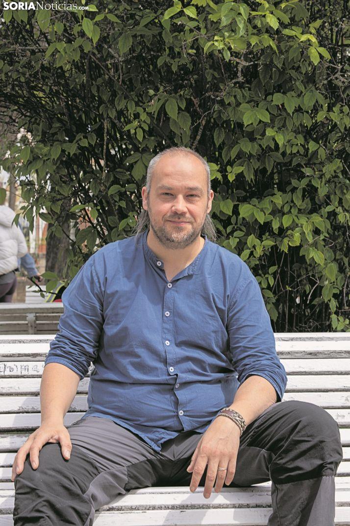 Iván Aparicio, presidente de la Asociación soriana Recuerdo y Dignidad, sentado en un banco. SN