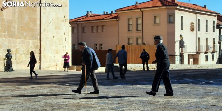 Dos jubilados paseando por la plaza Mayor de la capital. /SN