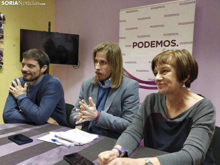 Pablo Fernández, al lado de Marisa Muñoz, comparece en la sede de Podemos en la capital de Soria.