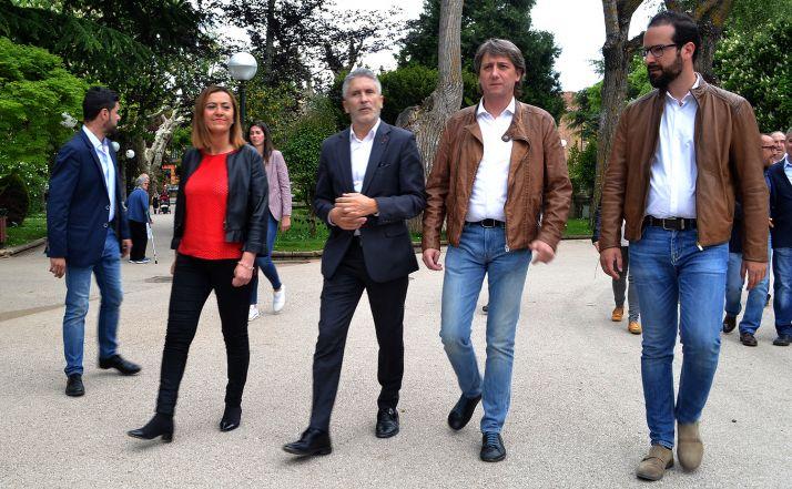 El ministro, junto a Virgina Barcones, Carlos Martínez y Ángel Hernández en la Alameda Cervantes este jueves. /SN