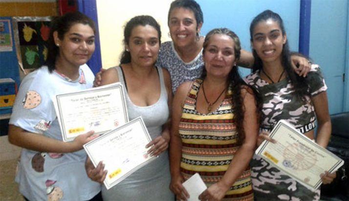Mujeres del colectivo gitano con diplomas acreditativos tras un curso formativo. /UR