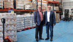 Crespo (izda.) y Latorre en el almacén del Banco de Alimentos de Soria. /SdG