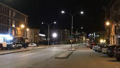Una calle burgense con iluminación nocturna.