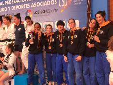 Rocío García, segunda de negro empezando por la izquierda, muerde la medalla de bronce en el Nacional de Clubes.