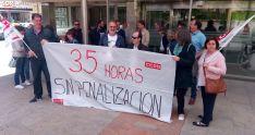 Una imagen de la concentración este lunes en la sede de la Delegación de la Junta en Soria. /SN