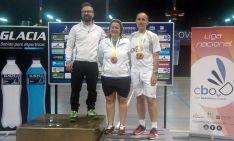 Cristina Puebla y Santiago Martínez (dcha.) en el podio con sus medallas.