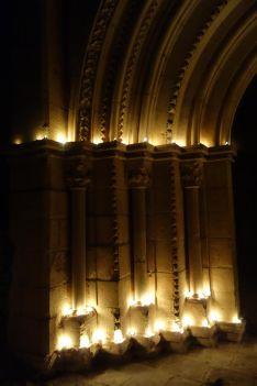 Imagen de las velas encendidas en los arcos de la portada del templo. /DOS
