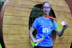 Carmen Carro enseña su medalla de bronce y su raqueta en lo Alto de La Dehesa. SN