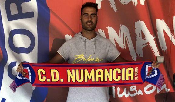 El jugador, en la sede del club soriano. /CDN