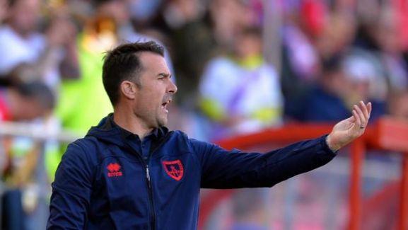 López Garai realiza instrucciones desde su zona técnica. LFP