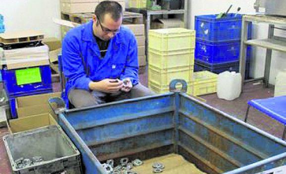 Un empleado en el taller de Asovicauto en la capital soriana. /SN