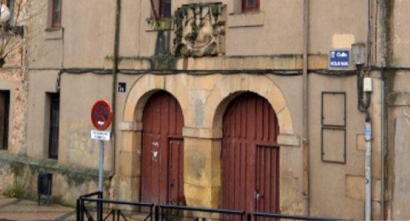 Una imagen de la entrada al edificio.