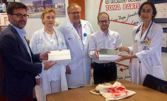 Imagen de la entrega del material para internados en Pediatría.
