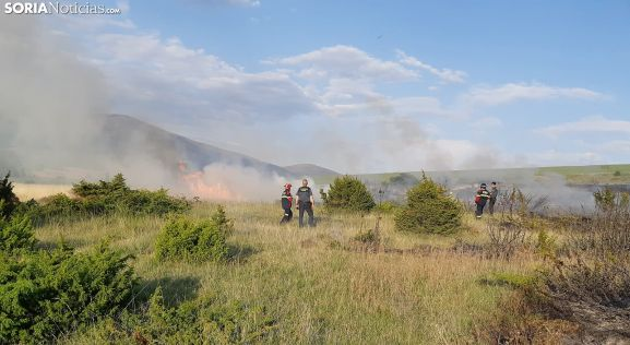 Efectivos de los bomberos y de la Guardia Civil en el incendio en Cueva. /SN