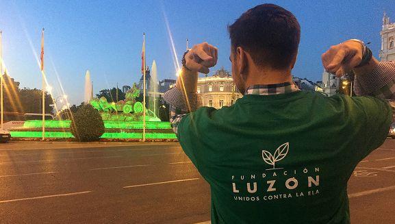 Un paciente de ELA ante la Cibeles de Madrid iluminada de color verde.