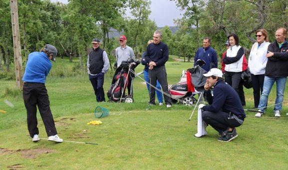 Javier Ballesteros impartía esta mañana un divertido clinic a un grupo de amateurs de los que no han podido jugar el Pro-Am, junto con el golfista soriano, Dani Berná. /ten-golf.com