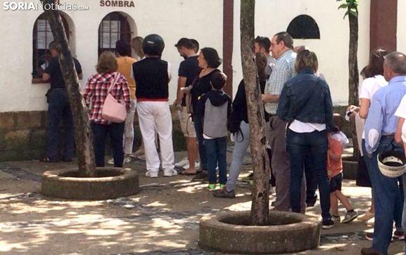 Una fila en las taquillas del coso de San Benito. /SN