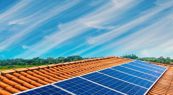 Paneles de energía solar fotovoltaica en un tejado doméstico.