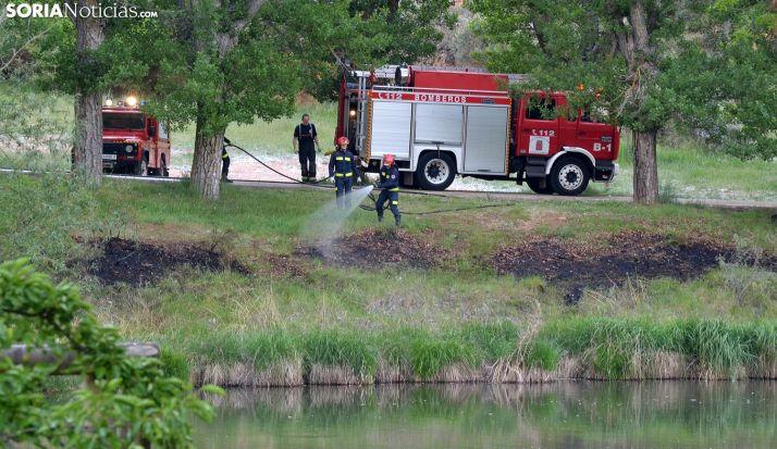 Los bomberos en el Duero a su paso por la capital este lunes. /SN
