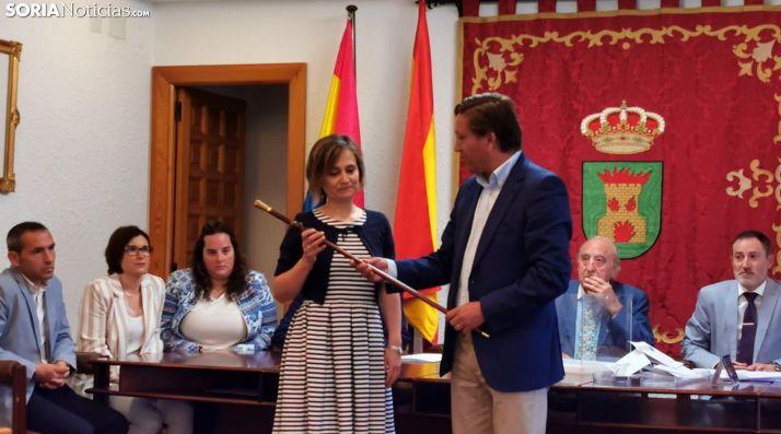 Elia Jiménez recoge el bastón de alcaldía del regidor saliente Gerardo Martínez. /SN
