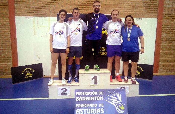 Los jugadores sorianos en el podio de Pravia.