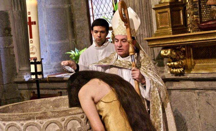 El obispo, oficiando en sacramento a la joven jumana. /USA Today