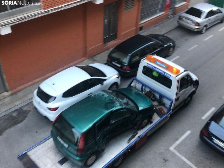 El vehículo, sobre la grúa tras el siniestro. /SN