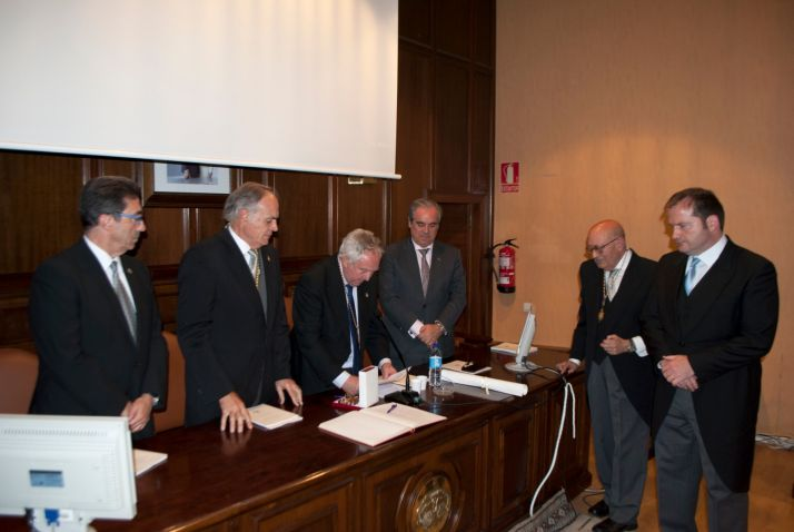 El presidente de los farmacéuticos de CyL ingresa en la Academia de Medicina y Cirugía de Valladolid.