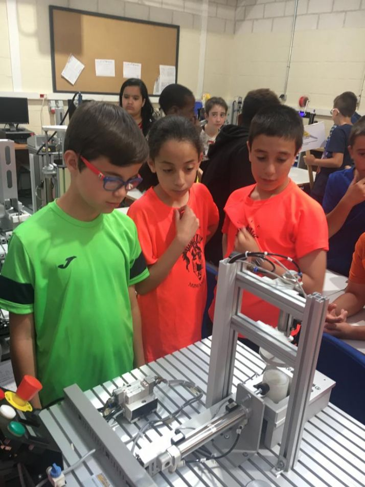 Foto 2 - 111 alumnos descubren la FP del Pico Frentes donde se aprende haciendo