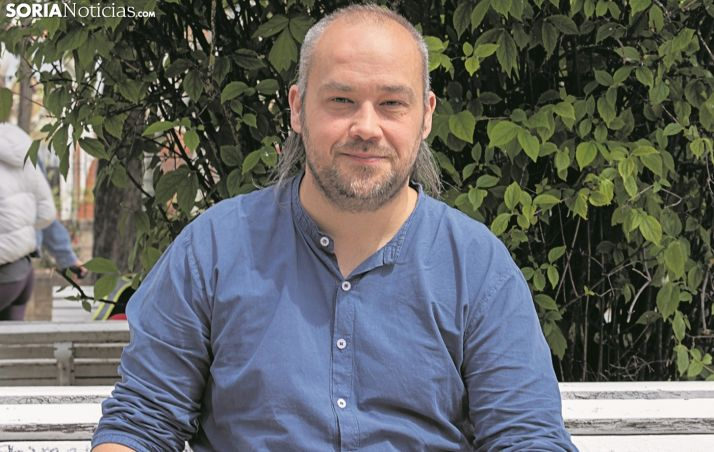 Iván Aparicio, presidente de la Asociación soriana Recuerdo y Dignidad, sentado en un banco. /SN