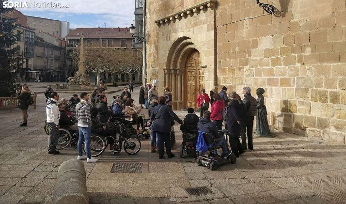 Un grupo de turistas ante el pórtico de La Mayor y la estatua de Leonor Izquierdo. /SN