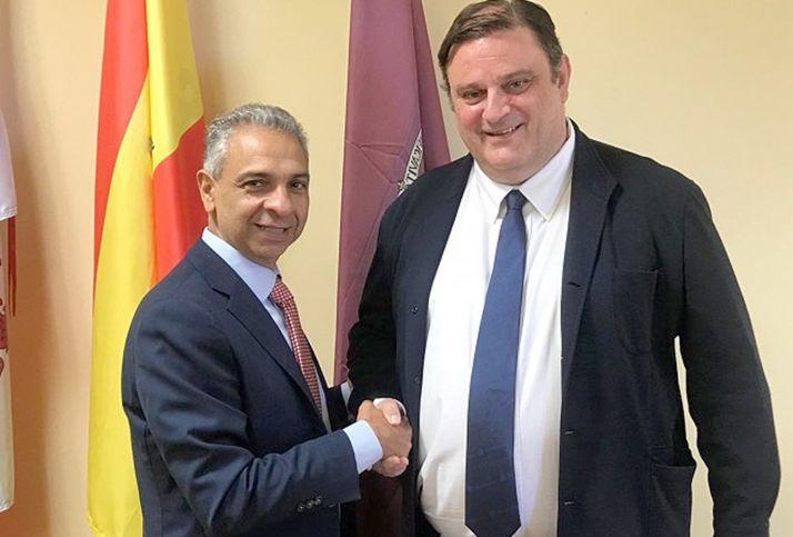Moisés Israel Garzón y José Luis Ruiz tras la rúbrica del acuerdo en la Escuela de Ingenierías del Campus.