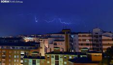 Una descarga eléctrica sobre la capital esta madrugada de miércoles. /SN
