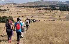Los caminantes este sábado por el valle del Araviana. /SN