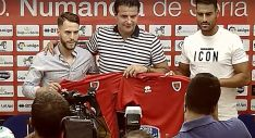 Calero (izda.) y Albiach (dcha.) con el director deportivo, César Palacios. /CDN