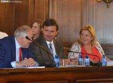 Yolanda de Gregorio junto a Carlos Castro y Javier Muñoz Remacha durante el pleno.