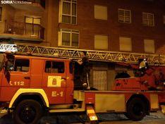Los bomberos retiran la pancarta de la cuadrilla de Santiago. SN