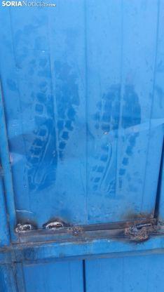 Huellas de calzado dejadas por uno de los ladrones. /SN