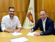 Atienza en la firma de su contrato con el Zaragoza. @RealZaragoza