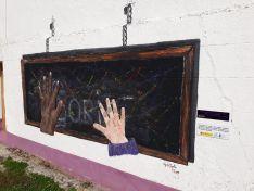 Mural 'las manos de la Tierra' en Almarail.