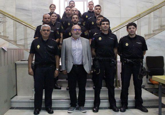 El subdelegado, en el centro, con los agentes. /SdG