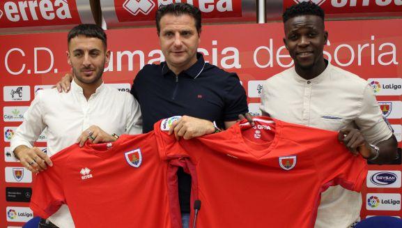 Adri Castellano (izda.) y Admonio Vicente (dcha.) en su presentación, con el director deportivo del club. /CDN