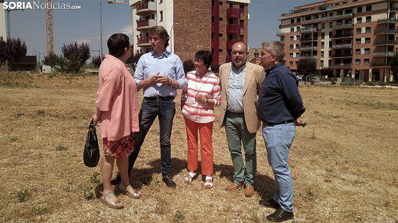 Gallizo, Mínguez, Martín, Latorre y Antón en la parcela cedida por el Ayuntamiento. /SN