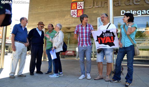 Miembros de la plataforma y de la Soria Ya ante la Delegación Territorial de la Junta este lunes. /SN