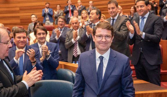 Fernández Mañueco, aclamado por la bancada popular esta tarde en las Cortes.