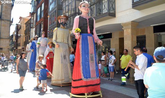 La comparsa, en un desfile de verano en El Collado. /SN