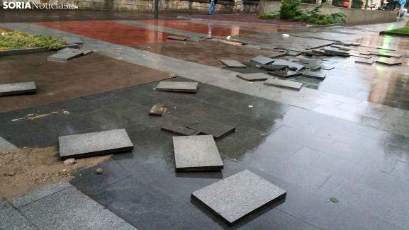 Pavimento levantado en el paseo del Espolón tras la tormenta. /SN