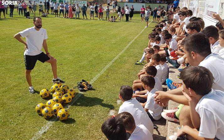 Machín, dirigiéndose a los jóvenes futbolistas. /SN